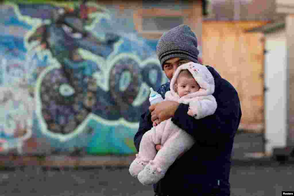 2. Afghanistan: 2,7 juta pengungsi (2018) vs 2,6 juta (2017). Seorang migran Afghanistan dan bayinya di kamp untuk migran di Grande-Synthe, Perancis, 14 Desember 2016. (Foto: Reuters)