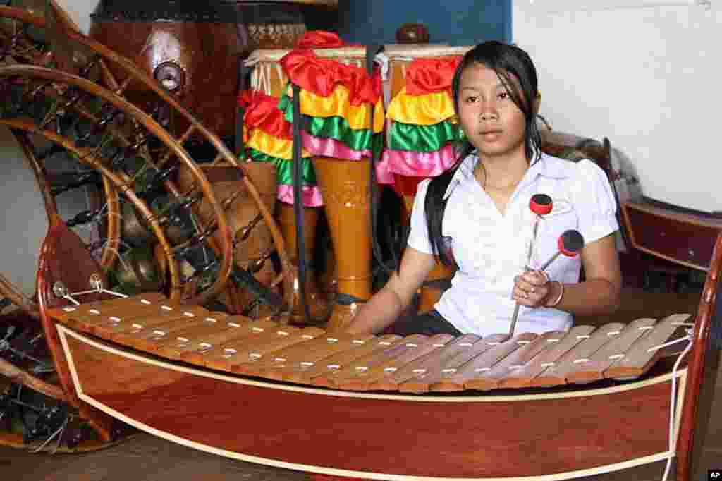 Cambodian girl learns traditional instruments at Cambodian Living Arts, Phnom Penh, February 28, 2012, (VOA - D. Schearf).