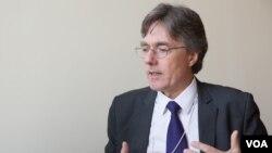 លោក Joachim von Amsberg អនុប្រធាននៃធនាគារវិនិយោគហេដ្ឋារចនាសម្ព័ន្ធអាស៊ី (AIIB) ផ្តល់បទសម្ភាសដល់ VOA អំពីទស្សនវិស័យរបស់ AIIB និងការរំពឹងរបស់លោកទៅលើសេដ្ឋកិច្ចក្នុងតំបន់អាស៊ី, នៅវេទិការសេដ្ឋកិច្ចពិភពលោកស្តីអំពីអាស៊ាន, នៅរាជធានីភ្នំពេញ ថ្ងៃទី១១ ខែឧសភា ឆ្នាំ២០១៧។ (ខាន់ សុគុំមនោ/ VOA)