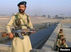 ایک پاکستانی سیکورٹی اہل کار وزیر ستان کے علاقے وانا میں نگرانی کر رہا ہے۔ فائل فوٹو