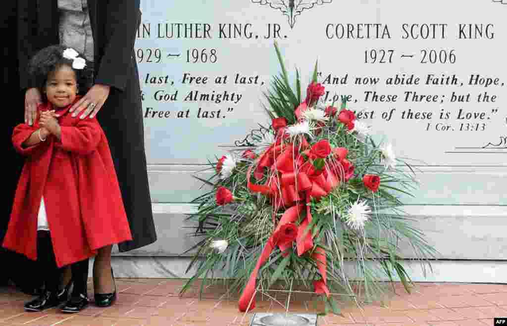17 Ocak: 1968 yılında suikasta kurban giden Amerikalı siyahların haklarının temsilcisi Martin Luther King'in torunu Yolanda Renee King, Georgia Atlanta'da, dedesinin ve büyükannesi Coretta Scott King'in mezarları başında. (Reuters/Tami Chappell)