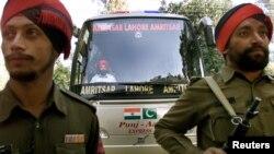 بھارتی فوجیوں نے 'دوستی بس' کو حصار میں لے رکھا ہے۔ (فائل فوٹو)