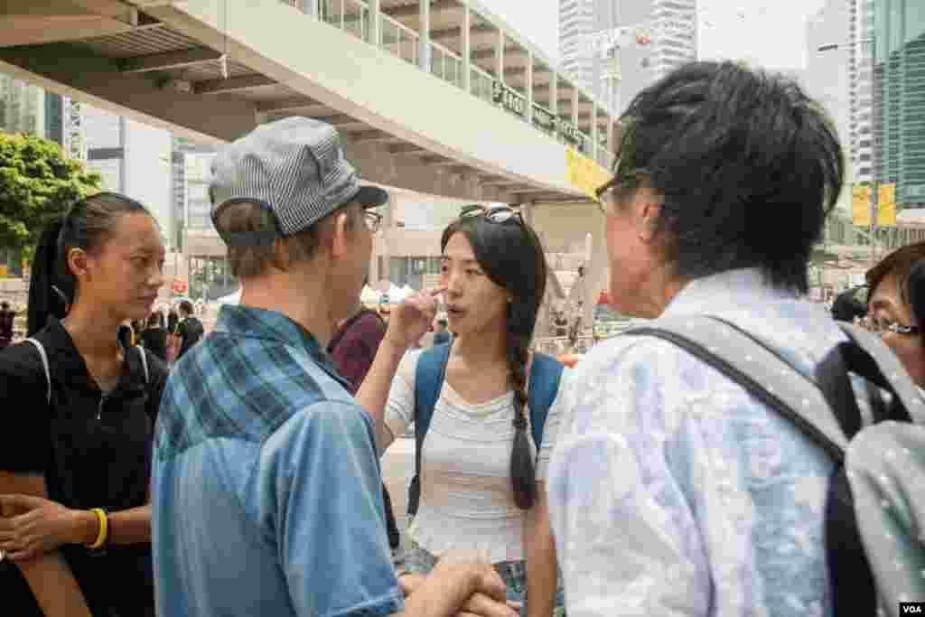 香港占中争普选抗议 (美国之音方正拍摄)