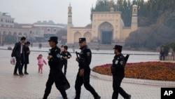 Pasukan keamanan China melakukan patroli di dekat Masjid Raya Id Kah di kota Kashgar, provinsi Xinjiang (foto: dok).