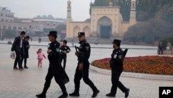 新疆喀什市清真寺周围的安保人员(资料照)