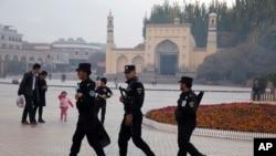 中國新疆喀什警察在一座清真寺前巡邏 (2017年11月4日)