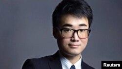 Nhà hoạt động vì dân chủ Simon Cheng một công dân Hong Kong, trước làm việc cho tòa lãnh sự Anh, hiện định cư tại Anh.