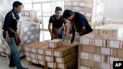 Demonstran anti-pemerintah memeriksa kartu-kartu suara pemilu yang mereka rampas, untuk menggagalkan pemilu di di distrik Hat Yai, provinsi Songkhla, Thailand selatan (foto: dok).