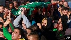 팔레스타인인들이 22일 이스라엘 군의 공격으로 숨진 테러 용의자 함자 아부 알하이의 시신을 운반하며 항의 시위를 벌이고 있다.