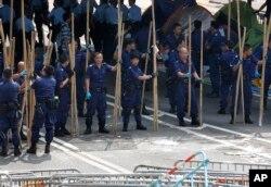 2014年10月14日香港警察清除抗议者用做路障的竹竿