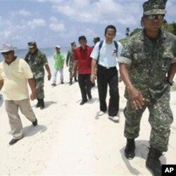 菲律賓眾議員貝洛(右三)與軍方高層官員2011年7月20日登上有主權爭議的中業島