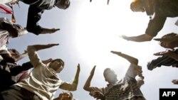 Yemen'de Halk Salih'in Gidişini Kutluyor