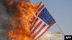 Người Pakistan biểu tình đốt cờ Mỹ phản đối các vụ tấn công bằng máy không người lái vào nơi trú ẩn của thành phần chủ chiến ẩn núp trong các khu vực bộ tộc của Pakistan