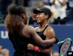 지난 8일 뉴욕에서 열린 US오픈 테니스 대회 여자 단식 결승이 끝난 후 세레나 윌리엄스(왼쪽) 선수가 자신을 이기고 우승을 차지한 오사카 나오미 선수를 축하해주고 있다.
