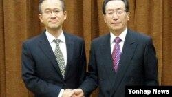 2012년 11월 중국 외교부 청사에서 악수하는 한국 6자회담 수석대표 임성남 외교통상부 한반도평화교섭본부장(왼쪽)과 우다웨이 중국 한반도사무특별대표.