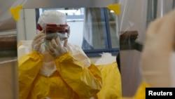 Liberiyadan gəlmiş adam qayğı göstərmiş iki tibb işçsinin Ebolaya yoluxması ABŞ-da qızğın debata yol açıb.