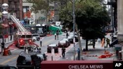 ເຈົ້າໜ້າທີ່ຮັບມືເຫດການສຸກເສີນ ເຮັດວຽກທີ່ຈຸດລະເບີດແຕກ ໃນວັນເສົາທີ່ຜານມາ ທີ່ຖະໜົນ West 23rd ໃນຄຸ້ມ Chelsea ເກາະ Manhattan ນະຄອນ ນິວຢອກ. 19 ກັນຍາ, 2016.