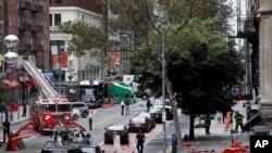紧急救援人员在纽约市切尔西区的爆炸现场执行救援任务。(2016年9月19日)