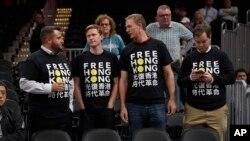 """在華盛頓奇才隊與廣州龍獅隊在首都華盛頓進行NBA季前賽之前,活動人士身穿""""自由香港""""字樣的T恤表達對香港抗議者的支持。(2019年10月9日)"""