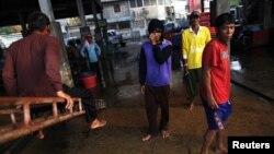 Người nhập cư từ Miến Điện tại một chợ thủy sản ở thị trấn Mahachai, gần Bangkok, Thái Lan.