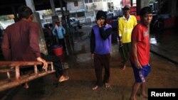 Công nhân di trú Miến Điện vừa rời thuyền đánh cá tại khu chợ hải sản trong thị trấn Mahachai của Thái Lan