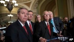 De izquierda a derecha, los senadores republicanos Lindsey Graham (Carolina del Sur), John Barraso (Wyoming), Bill Cassidy (Luisiana), Mitch McConnell (Kentucky) líder de la mayoría, y John Cornyn (Texas), segundo líder del partido en el Senado, anuncian que no llevarán a votación una propuesta de salud de Graham y Cassidy.