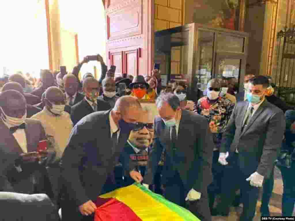 Bendele ya Congo-Brazzaville ezali kotiama likolo na sanduku ya nzoto ya Pascal Lissouba, mokonzi ya kala ya mboka, na Perpignan, France, 31 aout 2020. (DEB TV)