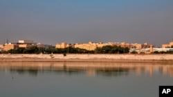 Ambasada SAD u Bagdadu, Irak, teško utvrđena, snimljena sa druge obale rijeke Tigar, 20. decembra 2020.