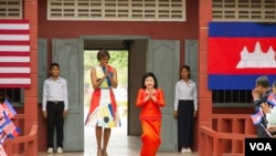U.S. First Lady Encourages School Girls in Siem Reap, Visits Angkor