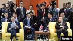 2일 브루나이에서 열린 아세안지역안보포럼에 참석한 중국의 왕이 외교부장(왼쪽)과 북한의 박의춘 외무상(오른쪽)이 다음 진행 순서를 기다리고 있다.