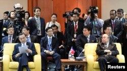 Menlu China Wang Yi (kiri) dan Menlu Korea Utara Pak Ui-Chun dalam pertemuan tahunan ke-20 Menlu ASEAN di Bandar Seri Begawan, Brunei (2/7).