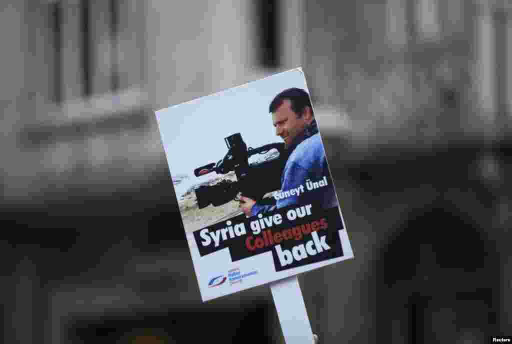 Плакат на пикете в защиту журналистов, взятых в заложники в Сирии
