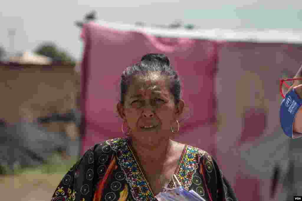 Luz Marina lider comunitaria de La Pista, se prepara para una entrevista con la Voz de América. Ella describe que las madres de familias están preocupadas por sus hijos, sobretodo por que muchos de ellos salen en la noche a buscar comida.