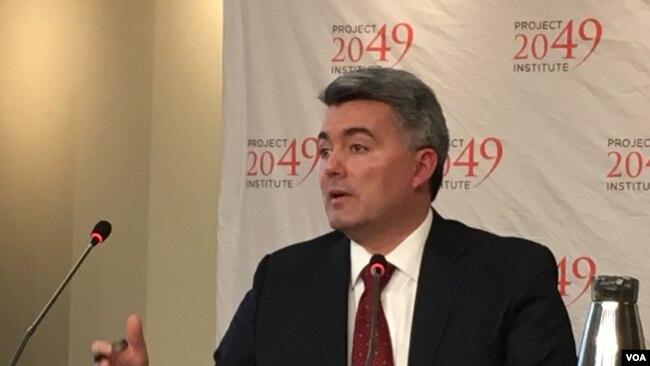 加德纳参议员2019年3月14日在2049项目研究所及全球台湾研究中心美台关系研讨会上发表讲话(美国之音钟辰芳拍摄)