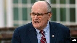 ອະດີດເຈົ້າຄອງນະຄອນນິວຢອກ ທ່ານຣູດີ ຈູລີອານີ (Rudy Giuliani) ໄປຮອດໄປເຖິງສະໜາມກອັຟເບສມິນເຕີ (Bedminster), ນິວຢອກ, 20 ພະຈິກ 2016,