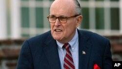 """Rudolph Giuliani, el nuevo abogado de Trump, dijo que el dinero había sido """"canalizado... a través de la firma de abogados y el presidente lo reembolsó""""."""