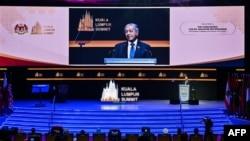 PM Malaysia Mahathir Mohamad menyampaikan pidato saat pembukaan KTT Islam di Kuala Lumpur, 19 Desember 2019.