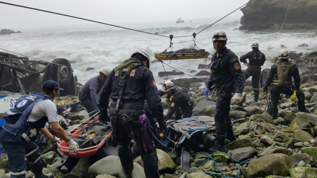 La policía del Perú ayuda a la recuperación de cuerpos de un accidente de autobús en Pasamayo. Enero 3, 2017.