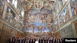 Le pape François pose dans la chapelle Sixtine avec des membres du corps diplomatique accrédités auprès du Saint-Siège au Vatican, Rome, le 9 janvier 2017.