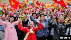 북한 평양 김일성 광장에서 10일 노동당 7차 대회를 축하하는 군중집회가 열린 가운데, 김정은 당 위원장이 주석단에 등장하자 시민들이 환호하고 있다.