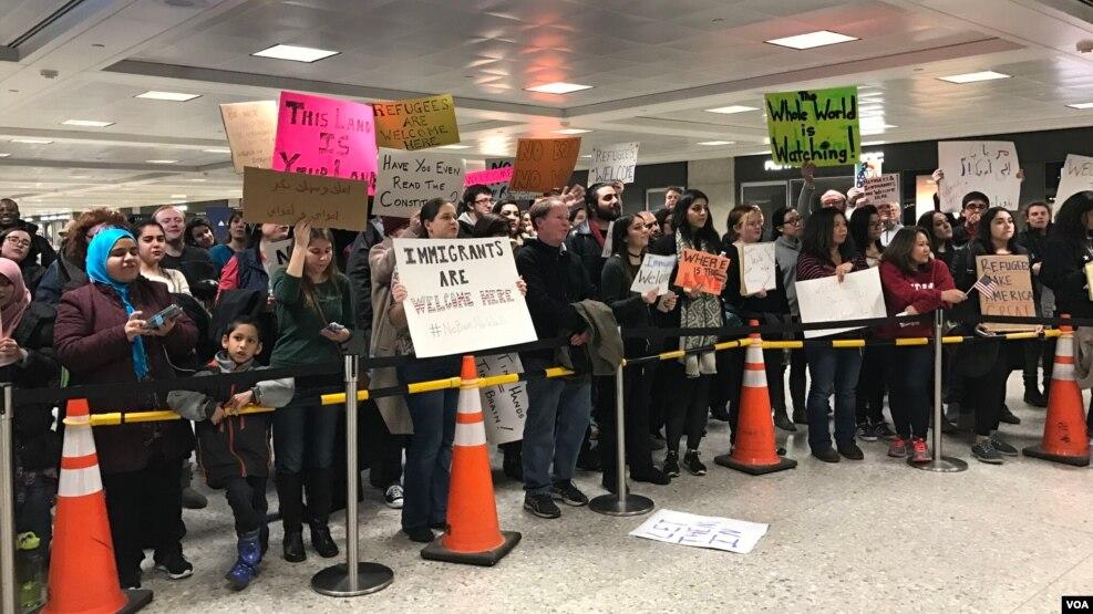 Người dân biểu tình phản đối sắc lệnh cấm nhập cảnh vào mỹ của tân Tổng thống Donald Trump tại sân bay Quốc tế Dulles, gần thủ đô Washington, ngày 30/1/2017.