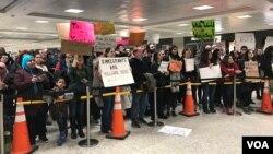 30일 미국 워싱턴 인근의 덜레스국제공항에서 트럼프 대통령의 반이민정책에 반대하는 시위가 벌어졌다.