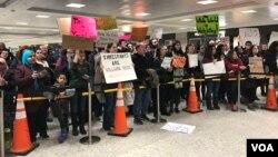 Manifestations contre le décret sur l'immigration de Donald Trump à l'aéroport de Dulles, Virginie, le 30 janvier 2017. (VOA/S. Dizayee)