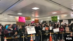 Anti- Trump immigration ban protesters at Dulles International airport, near Washington, Jan. 30, 2017. (Photo: S. Dizayee / VOA Turkish Service)