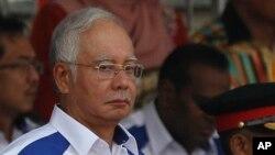 31일 나집 라작 말레이시아 총리가 수도 콸라룸푸르에서 수천 명의 군중들과 함께 경찰과 군인, 공무원들의 시가 행진 모습을 지켜보고 있다.