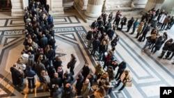 Brussels နန္းေတာ္တြင္း ဝင္ေရာက္လိုသူေတြကို စစ္ေဆးေရးဂိတ္မွာ ရဲတပ္ဖဲြ႔ဝင္ေတြက စစ္ေဆးေနစဥ္။ (ဇန္နဝါရီ ၁၆၊ ၂၀၁၅)