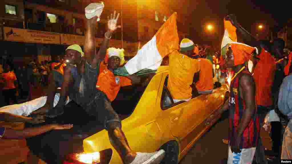 Les supporters ivoiriens célèbrent, à Abidjan, le sacre de leur équipe nationale après la victoire en finale à la CAN 2015 contre le Ghana, le 8 février 2015.