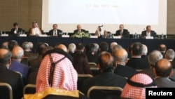 Para pemimpin oposisi Suriah saat mengadakan pertemuan dengan Liga Arab di Kairo, Mesir (Juli 2012). Oposisi Suriah kembali bertemu di Doha, Qatar (4/11) untuk membentuk kubu bersama.