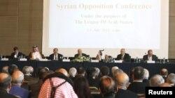 Pemimpin Liga Arab Nabil El-Arabi (tengah) dalam konferensi Oposisi Suriah di Kairo (2/7), yang dihadiri oleh para anggota oposisi Suriah dan Arab dan para menteri luar negeri kawasan tersebut.