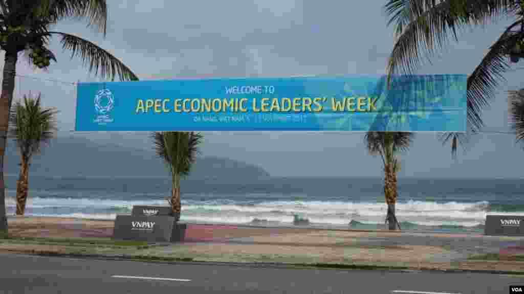 越南投入大量人力物力主办2017亚太经合会 #APEC2017 (美国之音张佩芝拍摄)